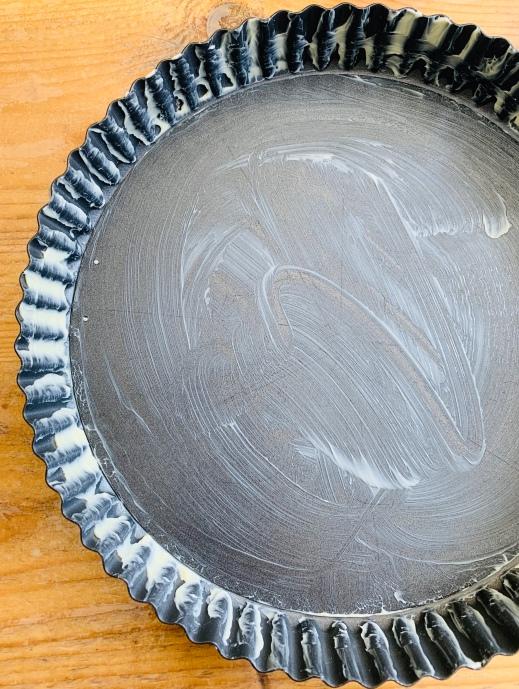 Grease the quiche tin